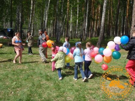 """Игра с коллективом УЗХР на Дне химика, май 2008 года. """"Поезд"""" из воздушных шаров"""