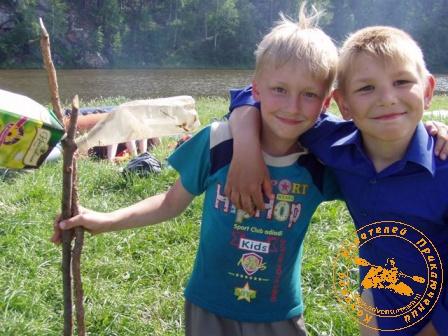 Сплав по реке Нейва в День России. Довольная ребятня