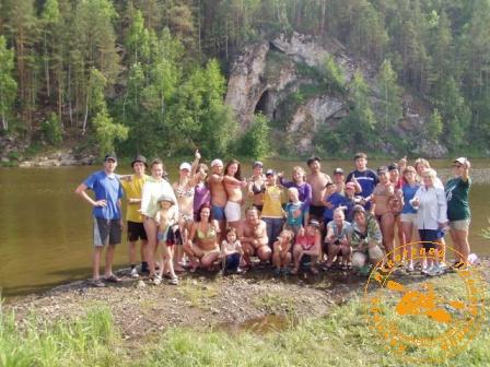 Сплав по реке Нейва в День России. Фото группы на фоне скалы Писанец