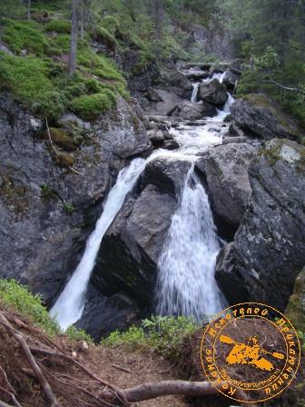 Одна из ступеней водопада Жигалан